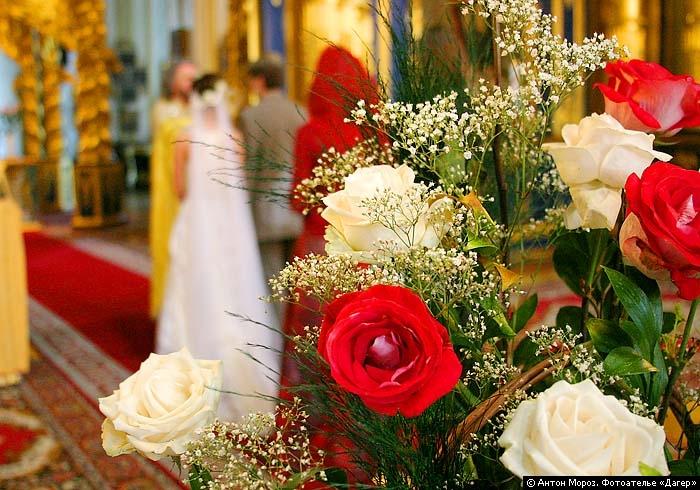 По церковному уставу, накануне или в день венчания, жених и невеста молятся и очищаются на литургии, а.